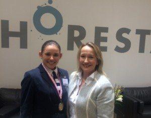 For første gang har der også været DM for receptionistelever. Her endte guldet hos Yasmin Cecilie Byriel fra Kurhotel Skodsborg, der her ses med hotellets direktør, Maj Kappenberger.