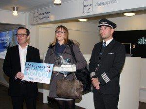Der var gaver til Rikke Fribo - Alsie Express passager nr. 100.000. Foto: Jon Fjalldal.