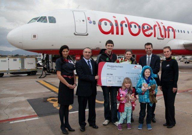 Air Berlins passager nr. 80 mio. til Mallorca – omgivet af flyselskabets repræsentanter