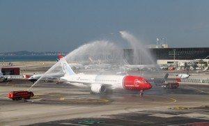 Her er det en Norwegian Dreamliner, der bydes velkommen med rent vand.
