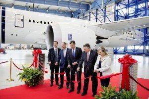 Åbningen af Boeing-hangaren markeres ved båndklipning af fra venstre Doug Caldwell (Boeing), Thomas Woldbye (adm. direktør, Københavns Lufthavne), Rufus Gifford (USA's ambassadør), Matt Gantz (Boeing) og Maria Laine (Boeing).
