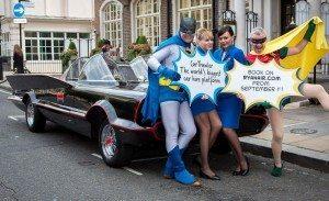 Ryanairs koncernchef, Michael O'Leary, og CarTrawlers direktør, Mike McGearty, forklædt som Batman og Robin – med Ryanair-kabineansatte.