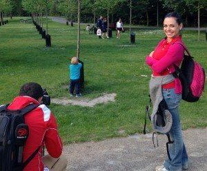 Özlem Tunca Esirgenc under optagelser i Kildeparken, også kaldet Musikparken, i Aalborg - hendes mand, Yasin Esirgenç, passer kameraet.