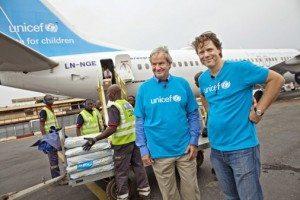 Norwegians topchef Bjørn Kjos med generalsekretær for Unicef Norge Bernt G. Apeland i Den Centralafrikanske Republik.