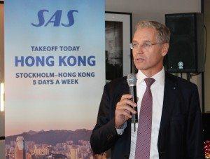 SAS' koncernchef, Rickard Gustafson, taler i gaten i Arlanda inden første afgang til Hong Kong. Foto med tilladelse fra bonusfeber.dk