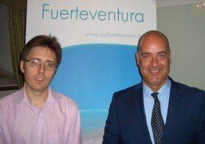 Den nye chef for Den Spanske Stats Turistbureau i Danmark, Raul Castro Cano, til venstre, med Moisés Jorge Naranjo, chef for turistmyndighederne på Fuerteventura.