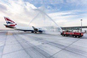 Første fly ved den nye 'Concourse D' i Dubai var fra British Airways, som blev modtaget med vandsprøjt.