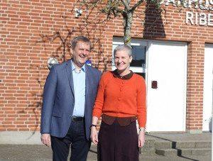Værtsparret gennem 30 år på Danhostel Ribe, Gudrun Rishede og Jens Philipsen, hædret for deres vejledning om Vadehavet.