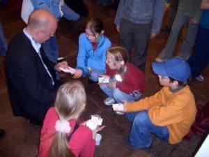 Tryllekunstner René Jensen laver korttricks med børn. Foto: René Jensen.