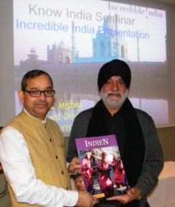U.S. Mishra, til venstre, chef for India Tourism i bl.a. Skandinavien ved den indiske sammenkomst i går på Scandinavia Hotel i København med Pushpinder Singh Dhanjal fra rejsebureauet Pushpinder Group Travels med hjemsted i Farum nord for København.
