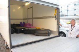 Dagen før Spies gæster skal flyve, kører en varevogn fra VALiZO til deres hjem i Storkøbenhavn, henter bagage og udleverer boardingkort og bagagetags.