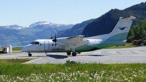 800px-Wideroe-dash8-sandane-airport