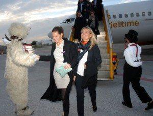 Festlig modtagelse i Billund Lufthavn af de tilrejsende festdeltagere fra København.