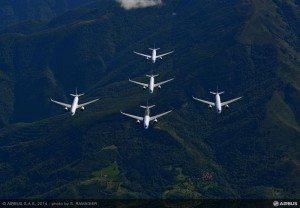 Efter godkendelsen gennemførte de fem testfly en fornem formationsflyvning over Toulouse. Foto S. Ramadier.