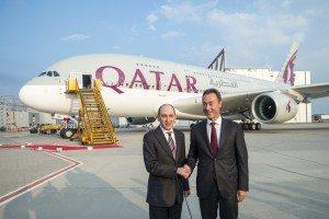 Akbar Al Baker og Fabrice Brégier ved overdragelsen af Qatar Airways første A380.