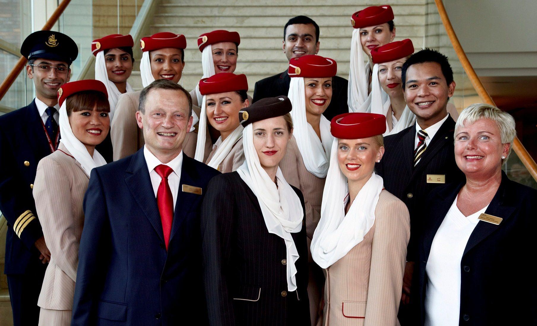 Arkivfoto fra Marriott Copenhagen Hotel med besætning fra Emirates sammen med hotellets daværende direktør Elmar Derkitsch, med rødt slips, og hotellets daværende salgsdirektør, Gitte Nødskov, yderst til højre.