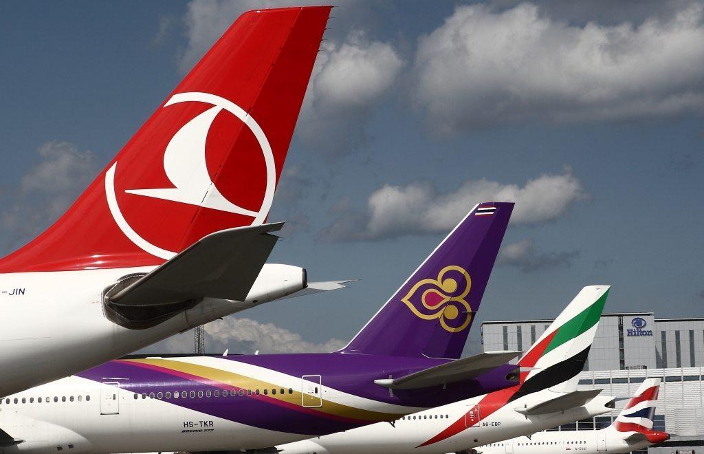 Turkish Airlines, til venstre, i Københavns Lufthavn med nogle af sine konkurrenter, Thai Airways, Emirates og British Airways. Foto: Arne V. Petersen.