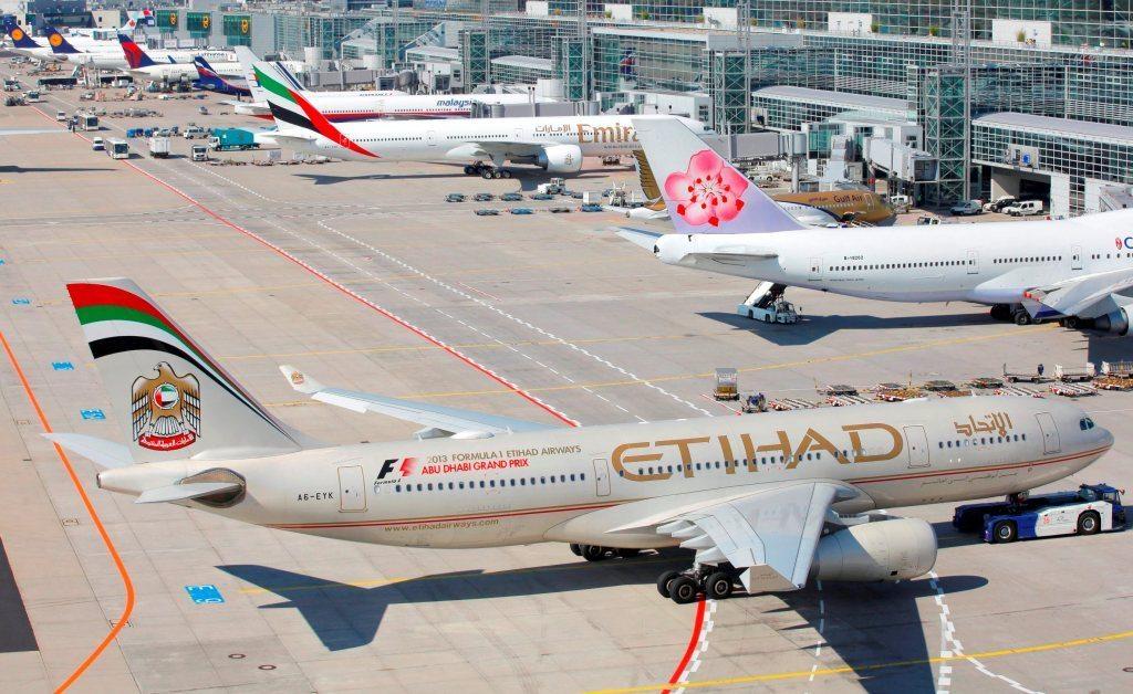 Arkivfoto fra Frankfurt Lufthavn med blandt andre Etihad Airways og Emirates.
