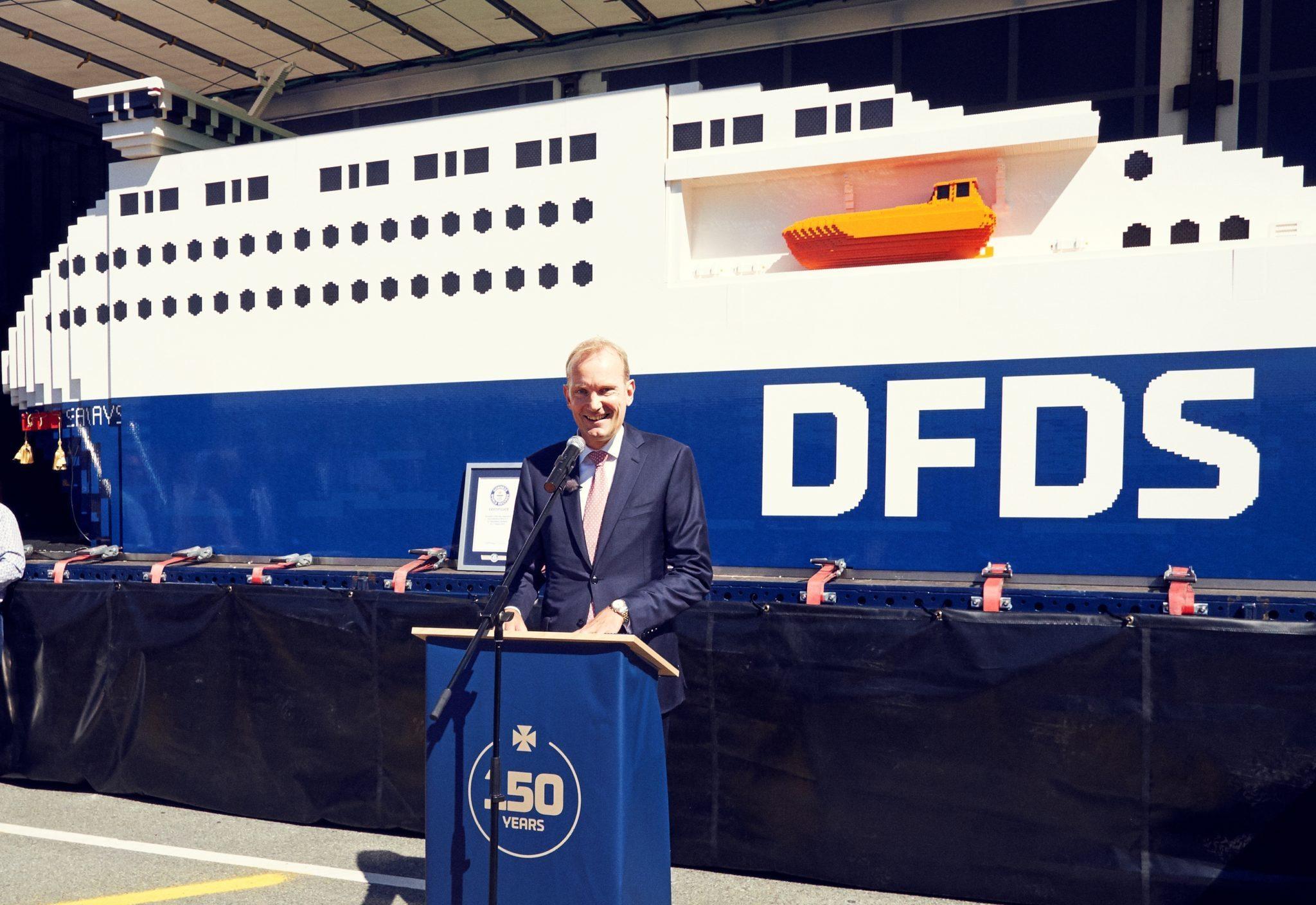 DFDS' koncernchef Niels Smedegaard foran en kæmpe Lego-model af et af rederiets skibe.