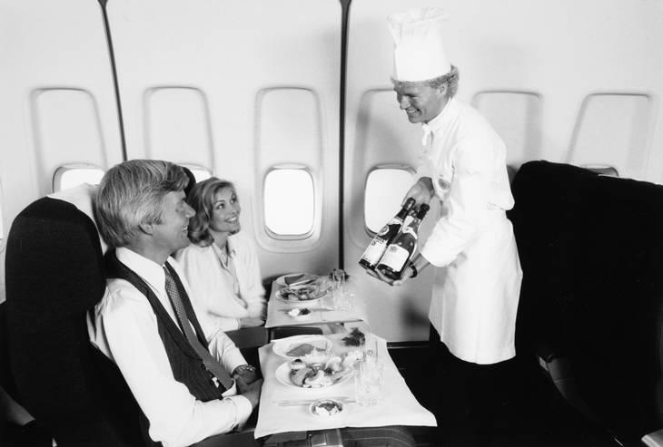 Servering på første klasse på en Boeing 747B i 1970'erne.