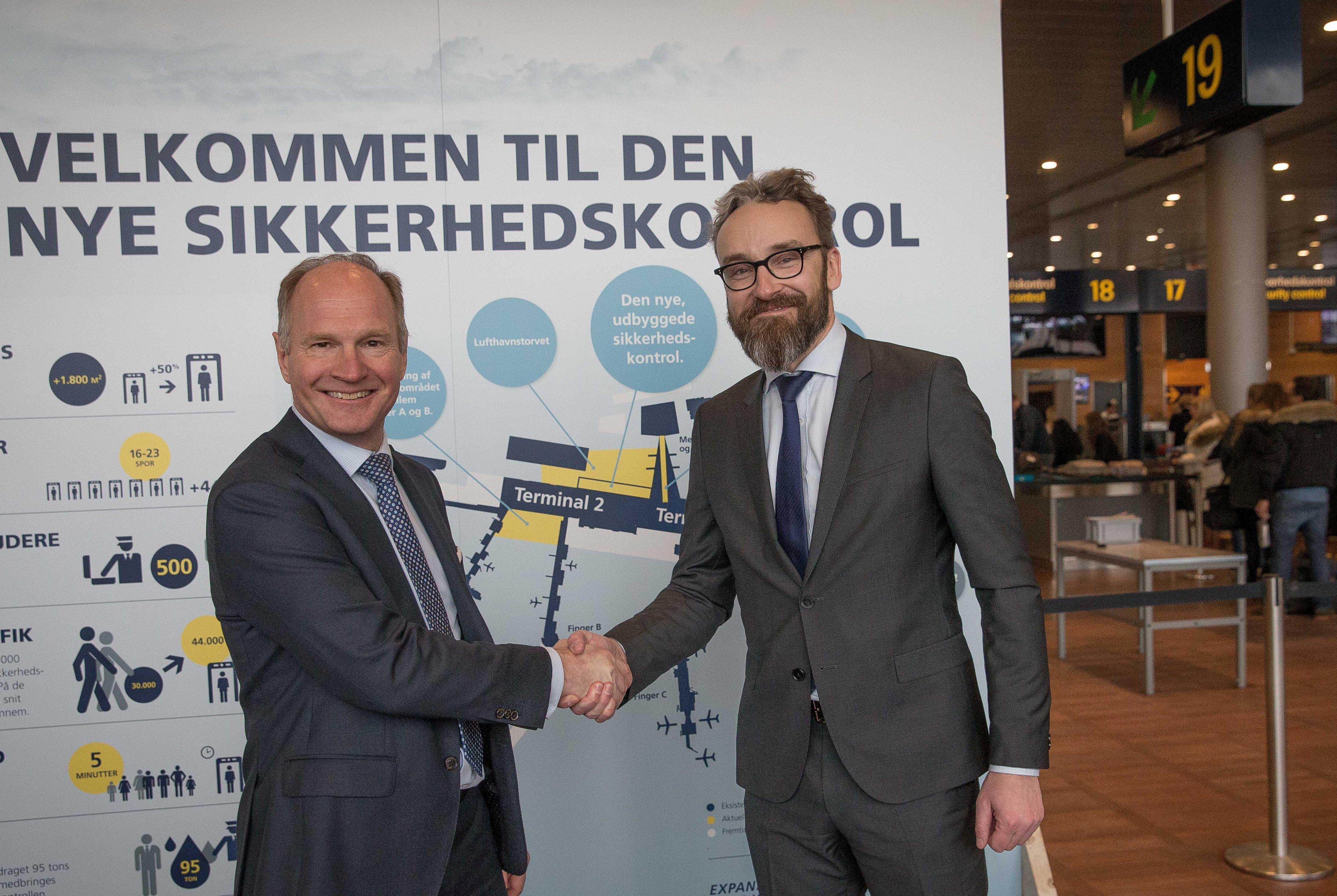 Direktør i Københavns Lufthavn, Thomas Woldbye, til venstre, og transportminister Ole Birk Olesen ved åbningen af den udvidede sikkerhedskontrol. Foto: Ernst Tobisch.