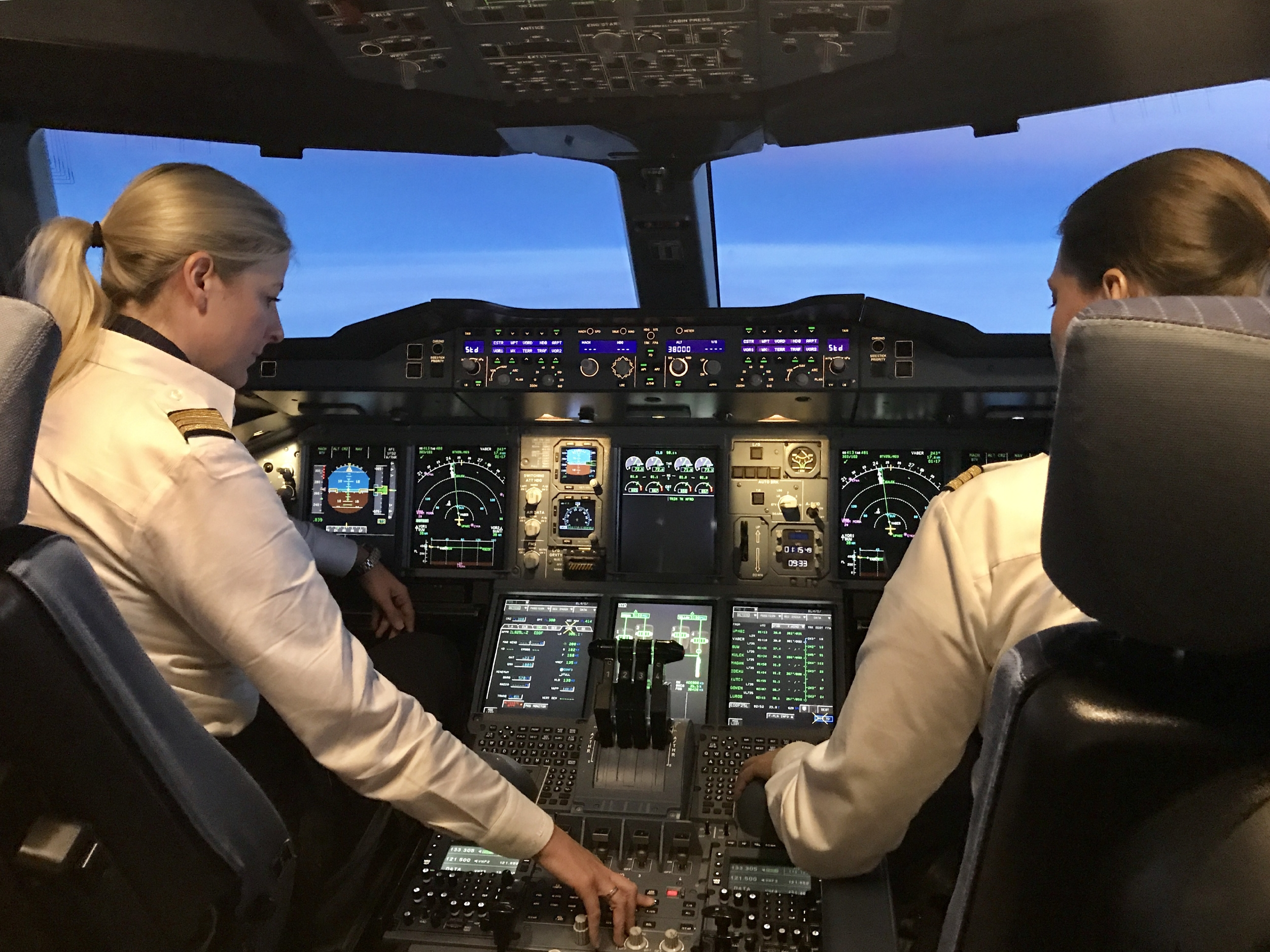 Kvindelige piloter i cockpittet på en Airbus A380 fra Lufthansa.