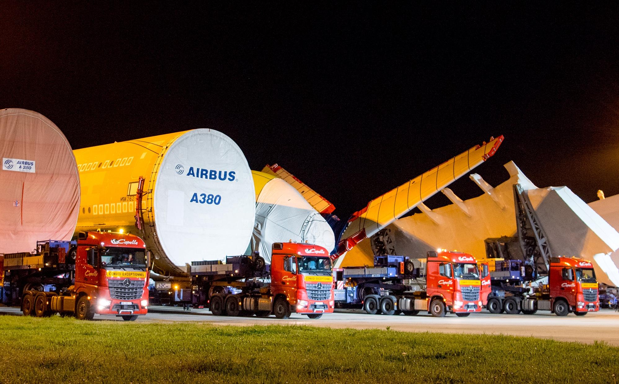 Lastbilskonvoj med nogle af de største dele til All Nippon Airways' første Airbus A380 efter ankomsten til samlefabrikken i Toulouse. Foto: Airbus.