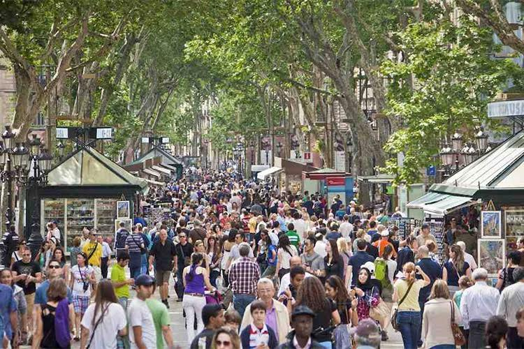 Rambla'en, det brede strøg i Barcelona, er ofte overfyldt med turister. Foto: Barcelona Turisme.