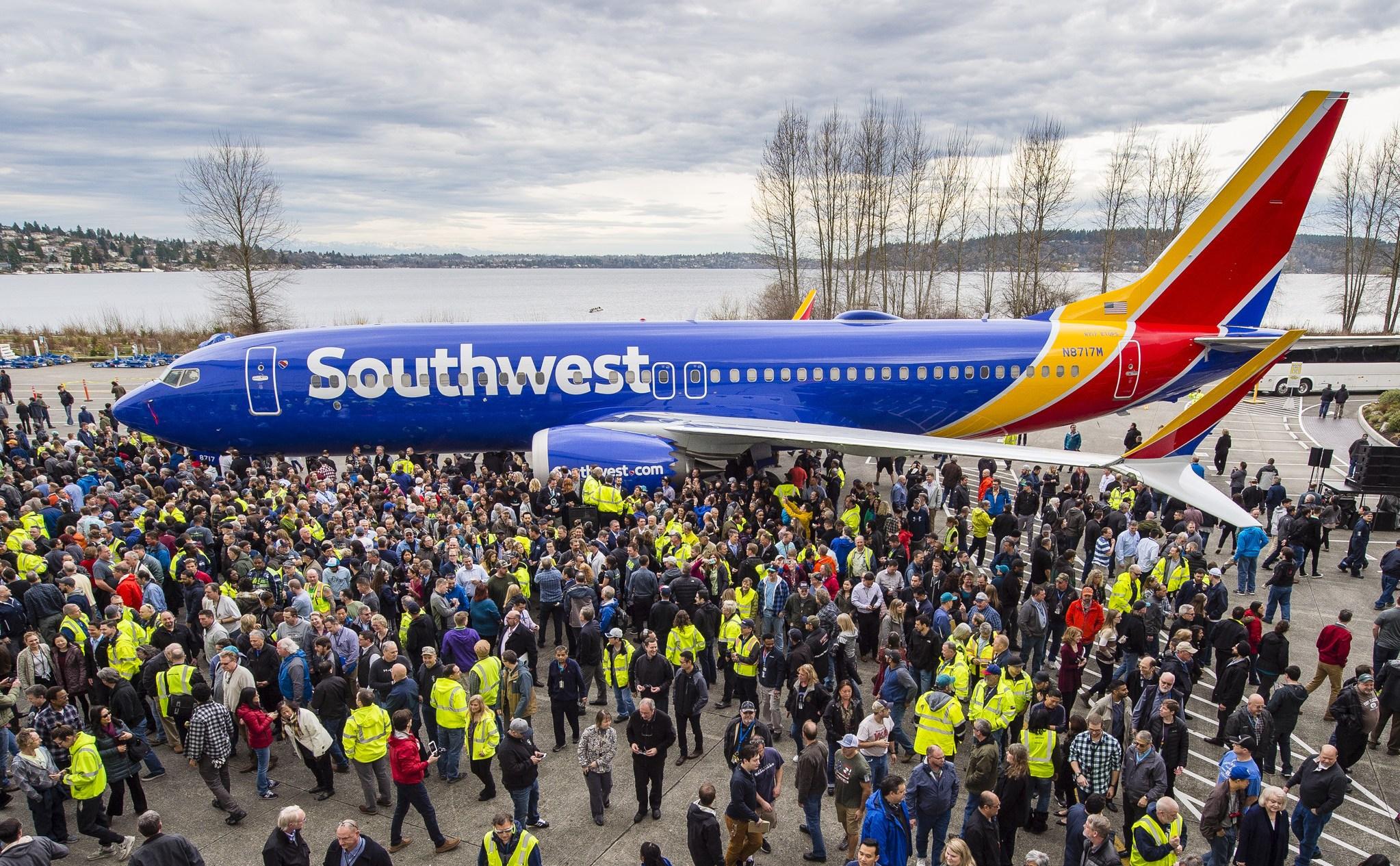 Medarbejdere fra Boeings samlefabrik i Seattle med den B737 der er eksemplar nummer 10.000 af typen.