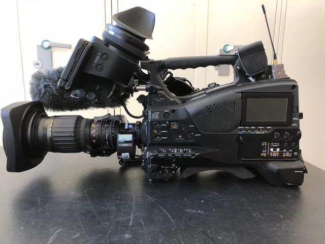 Det var et TV-kamera på størrelse med dette som fotografen rejste med. Foto: TV 2.