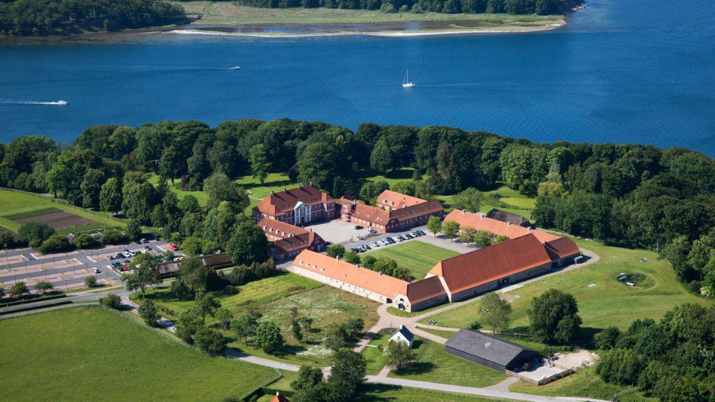Hindsgavl Slot med Lillebælt i baggrunden. Foto: VisitDenmark.
