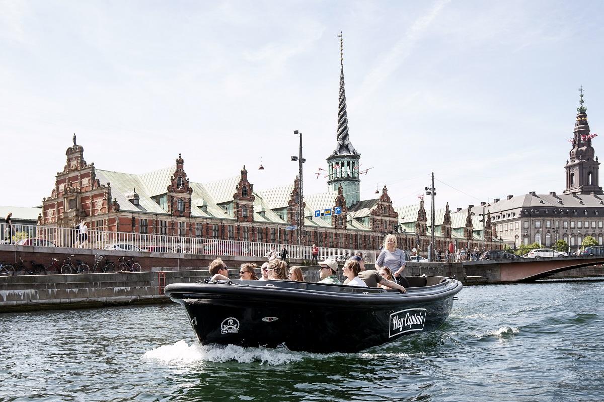 """Blandt Airbnb Experiences i København er konceptet: """"Hey Captain, Lets Sail!"""" Det er sejltur i de københavnske kanaler med værten Joel, der droppede sit kontorjob til fordel for sin kærlighed til både. Turen sejler forbi Christiania, Amalienborg og restauranten NOMA."""