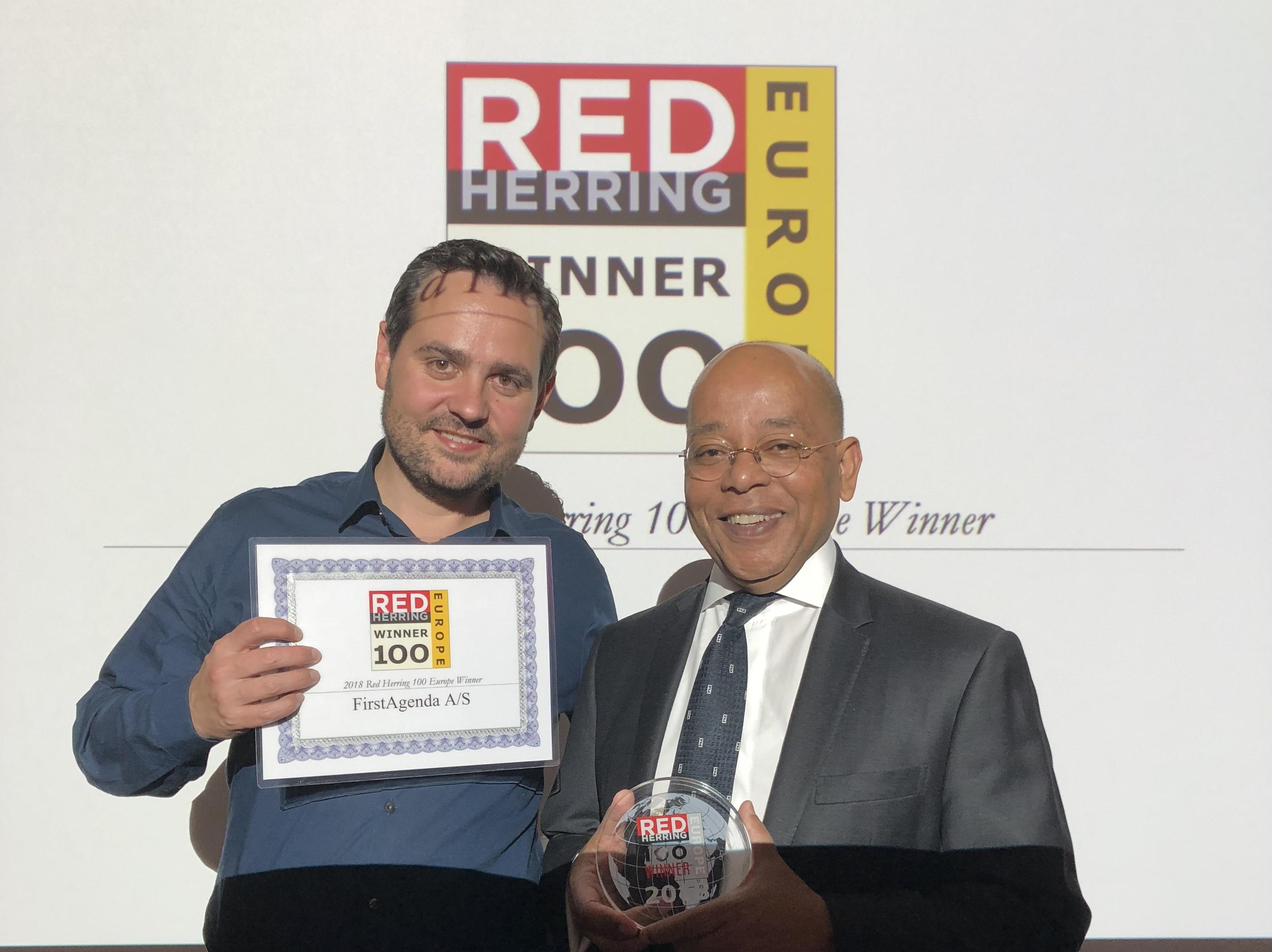 Kasper Lyhr, til venstre, direktør for danske FirstAgenda, modtager firmaets pris fra Red Herrings koncernchef, Alex Vieux. Foto via FirstAgenda.