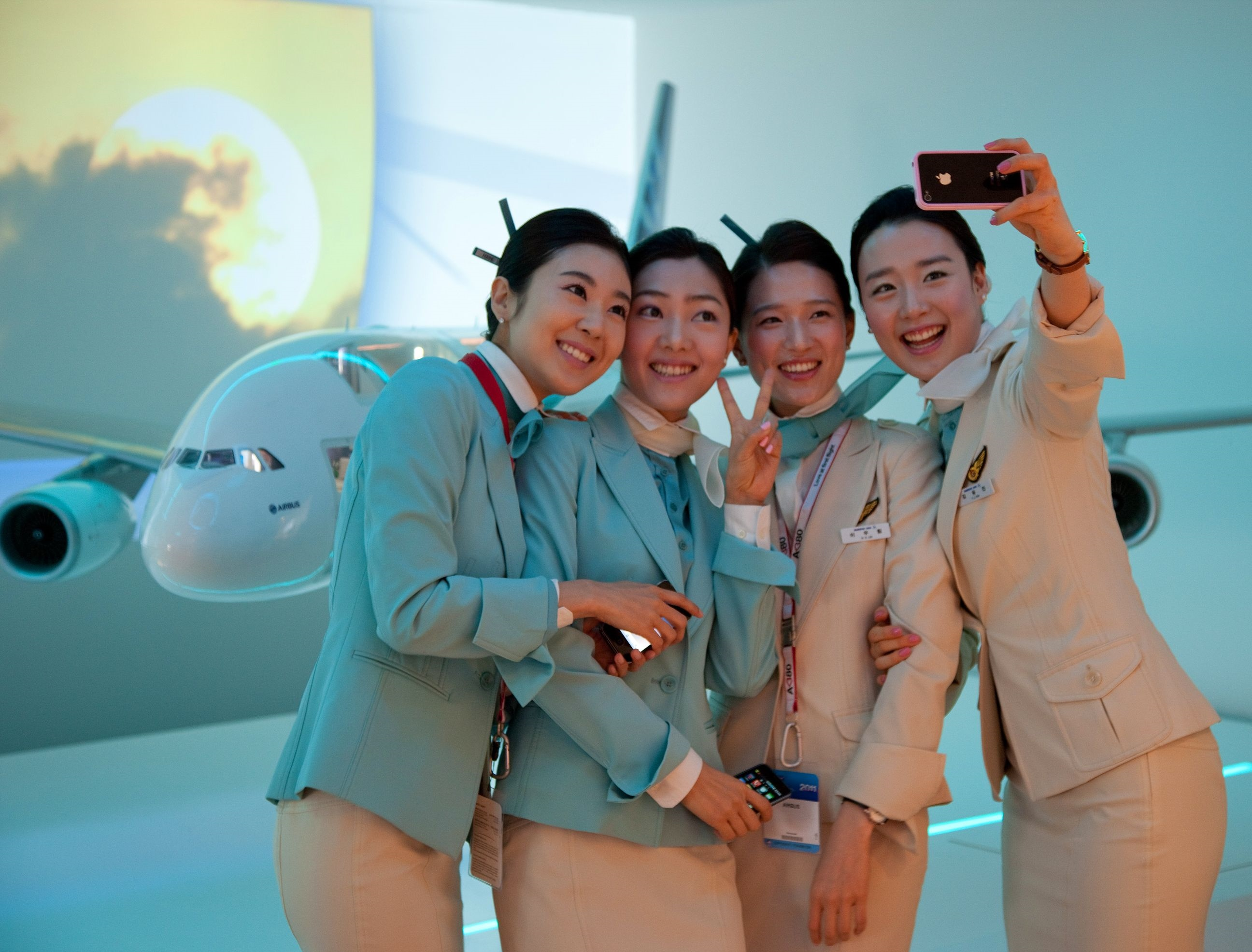Uniformeret personale fra Korean Air under et airshow i Paris. Arkivfoto fra Airbus.
