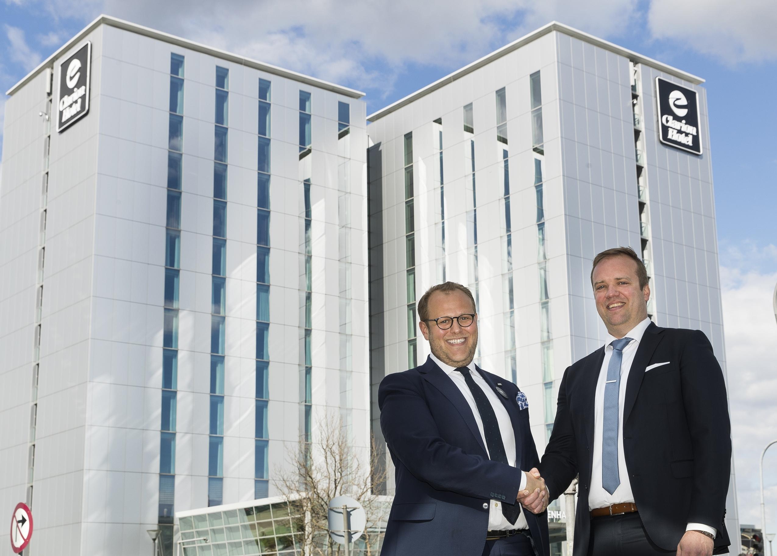 Miri Sumiq, til venstre, stopper som direktør for Clarion Hotel Copenhagen Airport, hvor Jesper Olesen bliver den nye general manager. Foto: Choice Hotels.