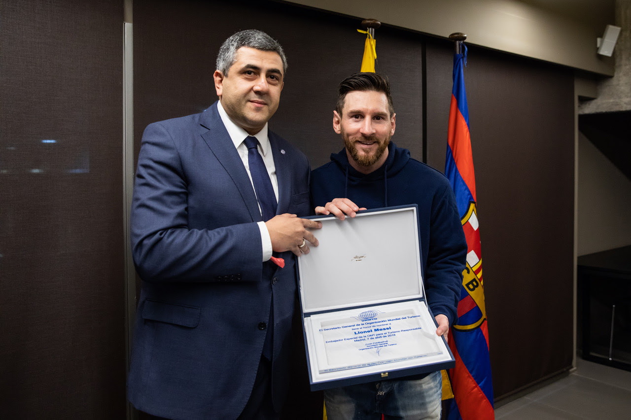 Lionel Messi med generalsekretæren for UNWTO, Zurab Pololikashvili. Foto: UNWTO.