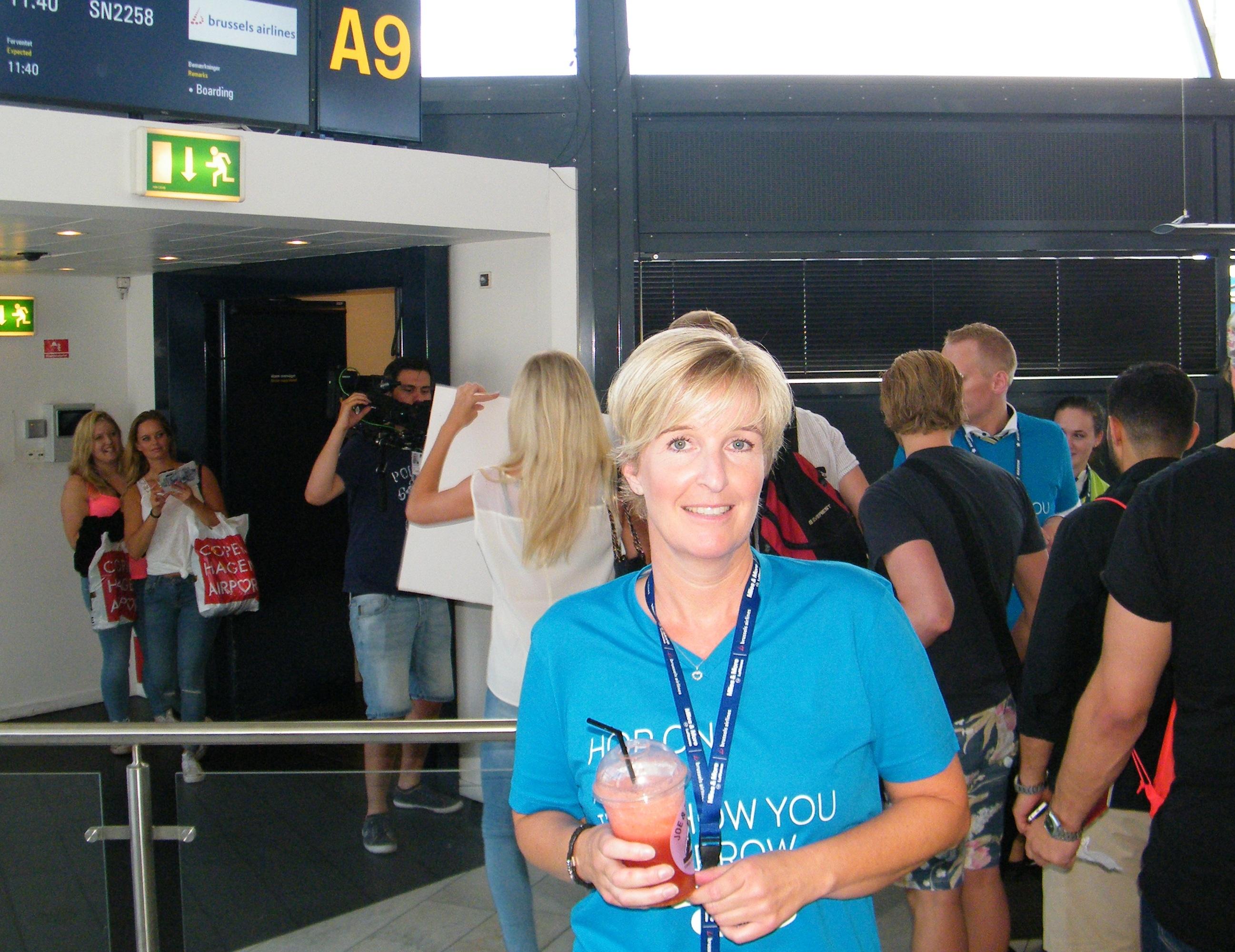 Helle Lydum Pedersen stopper hos Brussels Airlines. Her arkivfoto fra 2016, hvor hun i Københavns Lufthavn var med til at sende unge musikalske gæster til Bruxelles og den gigantiske årlige Tomorrowland-teknofestival i Belgien med omkring 180.000 deltagere. Foto: Henrik Baumgarten.