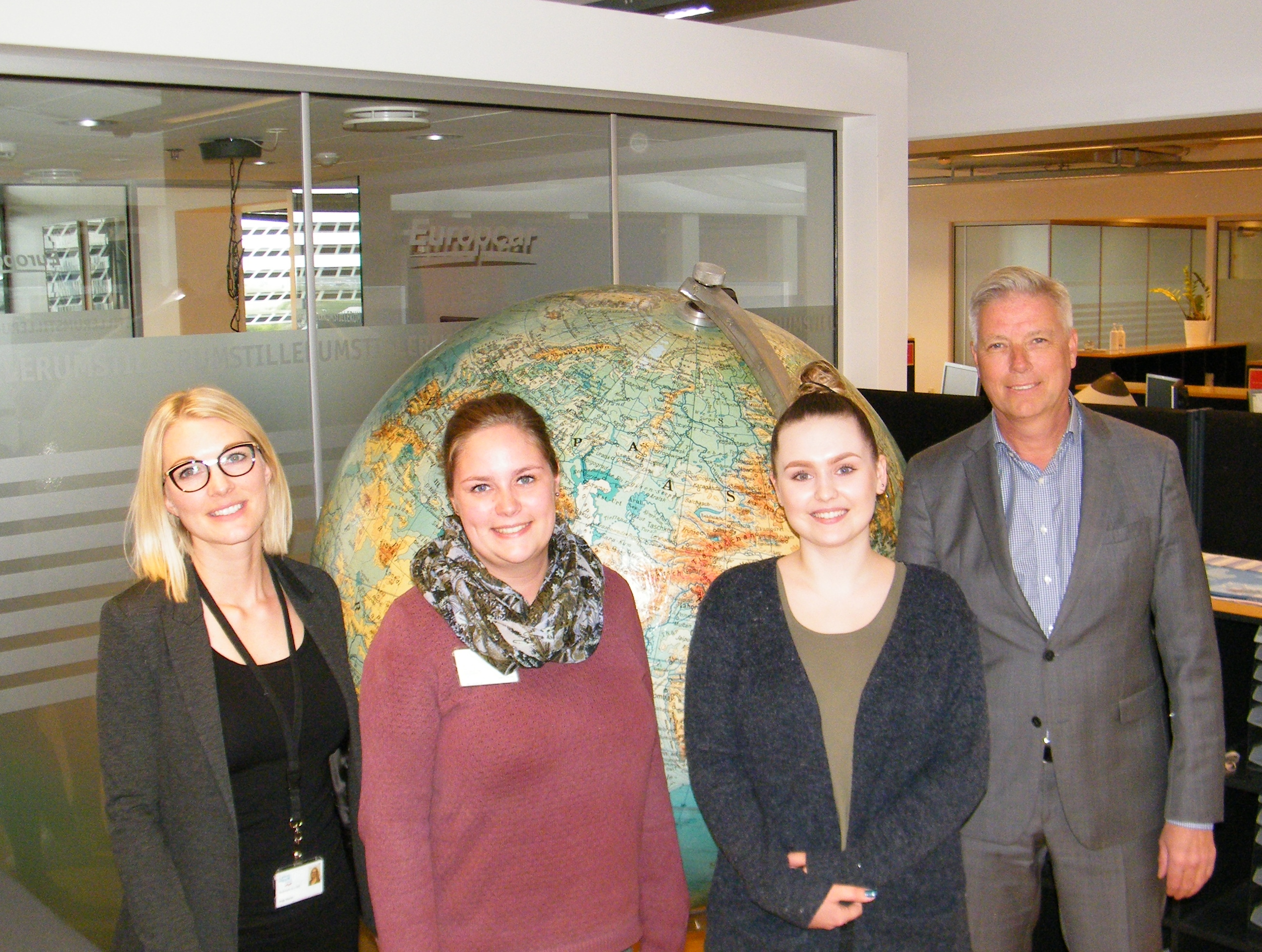 Flankeret af CWT's personalechef i Danmark, Anja Storm, og erhvervsrejsebureauets direktør, Torben Rodenberg, står Malene Bech og Aleksandra Ziarko. Foto: Henrik Baumgarten.