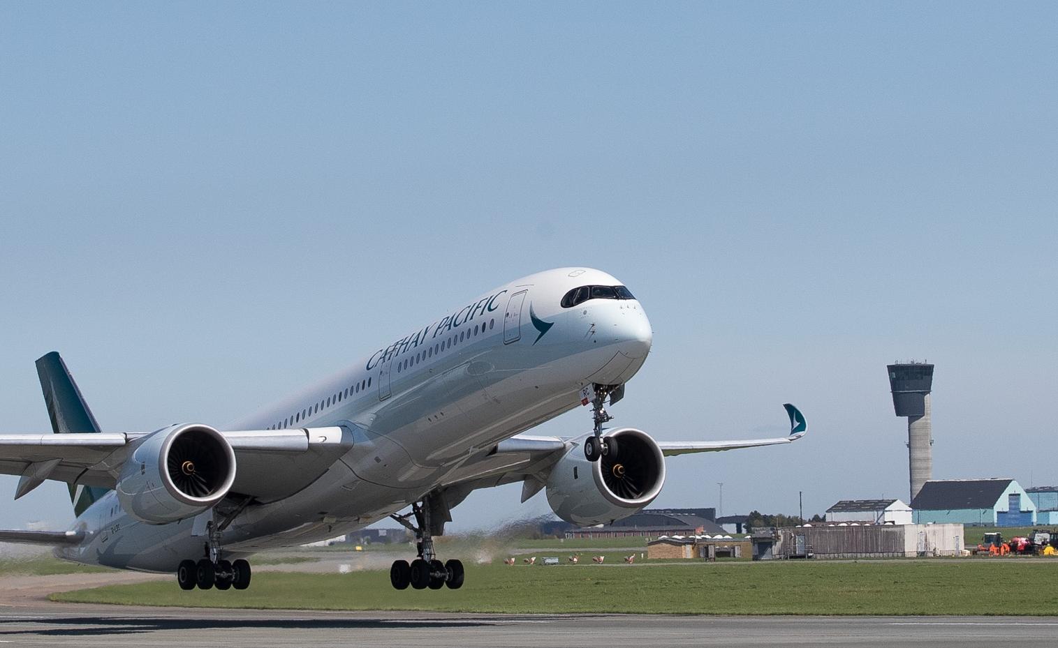 Københavns Lufthavns seneste langrute åbnede onsdag i denne uge, her letter Cathay Pacifics Airbus A350-900 for første gang mod Hong Kong. Foto: Ernst Tobisch for Københavns Lufthavn.