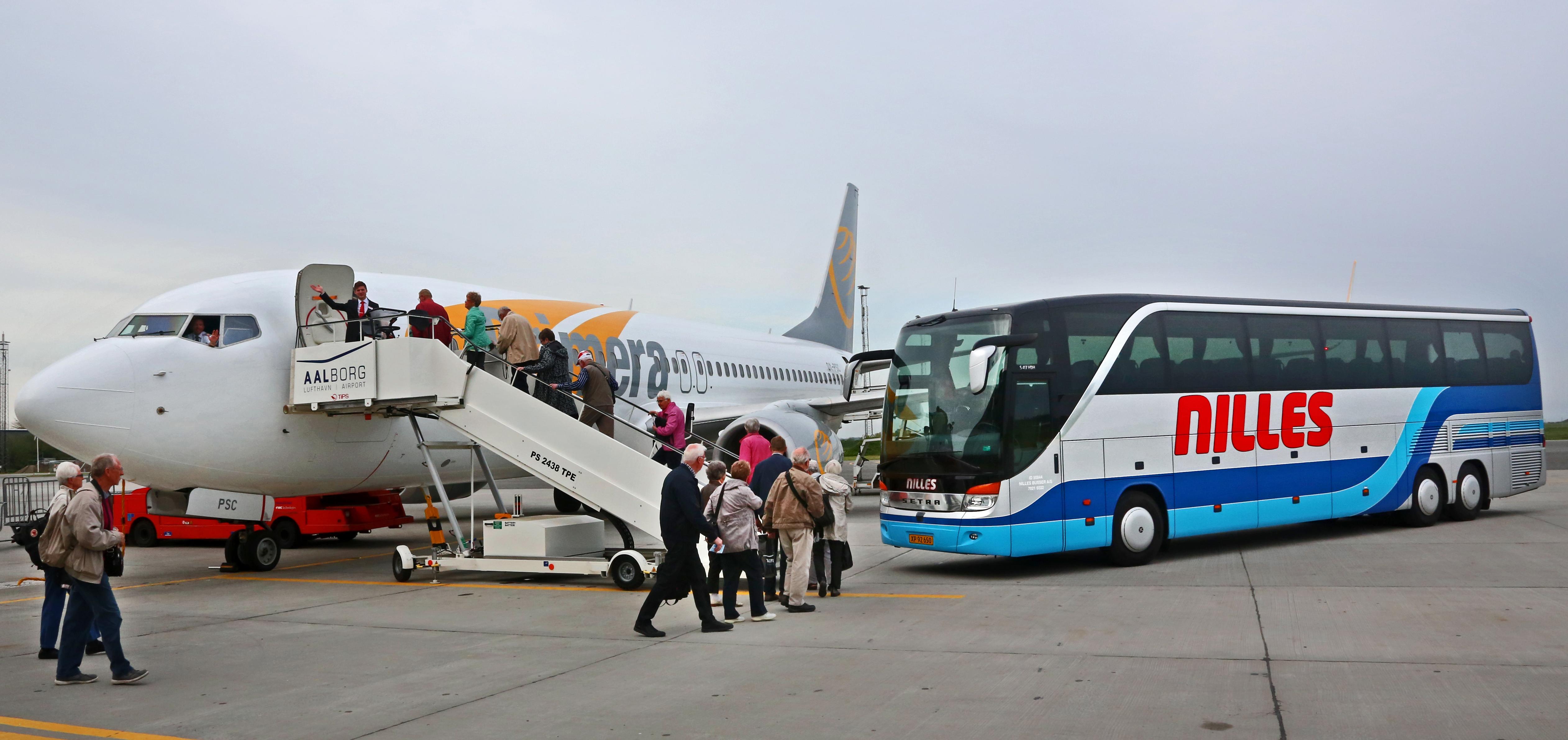 Danske turisme skaber direkte og indirekte tæt på 138.000 arbejdspladser, heraf er cirka ti procent i Transportvirksomheder. Arkivfoto fra Aalborg Lufthavn.