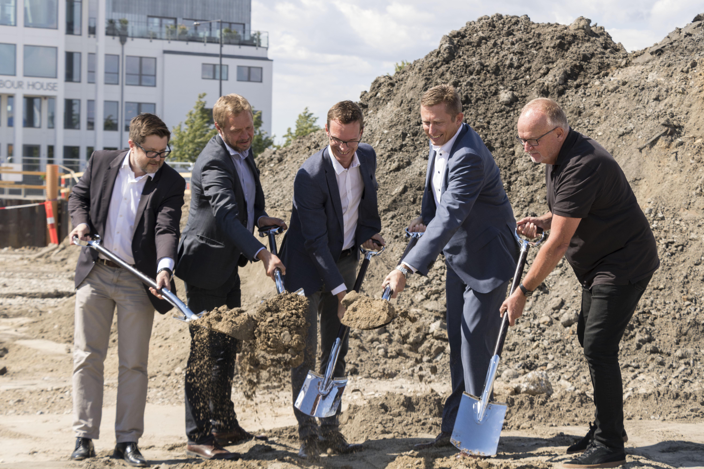 Første spadestik til Comwells hidtil største hotel, Portside, der åbner i Københavns Nordhavn i 2020. De fem first movers – af jord i dette tilfælde – er fra investorerne, byggefirmaet, Comwell og By & Havn. Foto:Jassmin El-Sayed, SoMe specialist, Comwell.