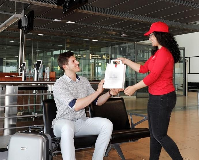 Som et forsøg afprøver Hamborg Lufthavn i denne og næste måned et nyt tilbud om levering af mad og drikke til passagererne i selve gaten. Foto: Hamburg Airport.