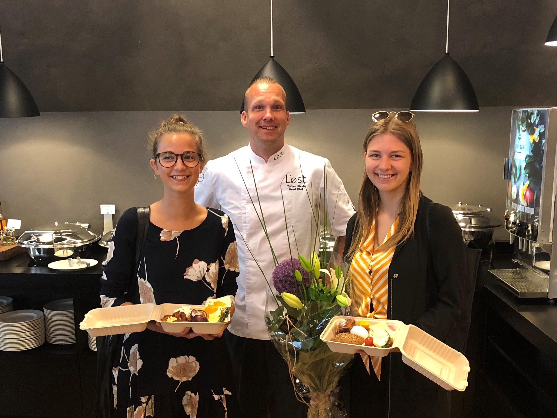 Torben Rhode – chefkok på Scandic Aarhus City, med Fie og Thea, der begge er tilmeldt Too Good to Go-programmet i Aarhus. De blev modtagere af morgenmadsmåltiderne nummer 10.000 i programmet mod madspild. Foto: Scandic Hotels.