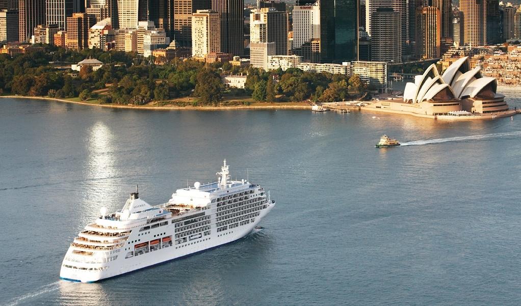 Et af Silverseas skibe i havnen i Sydney. Foto: Silversea Cruises.