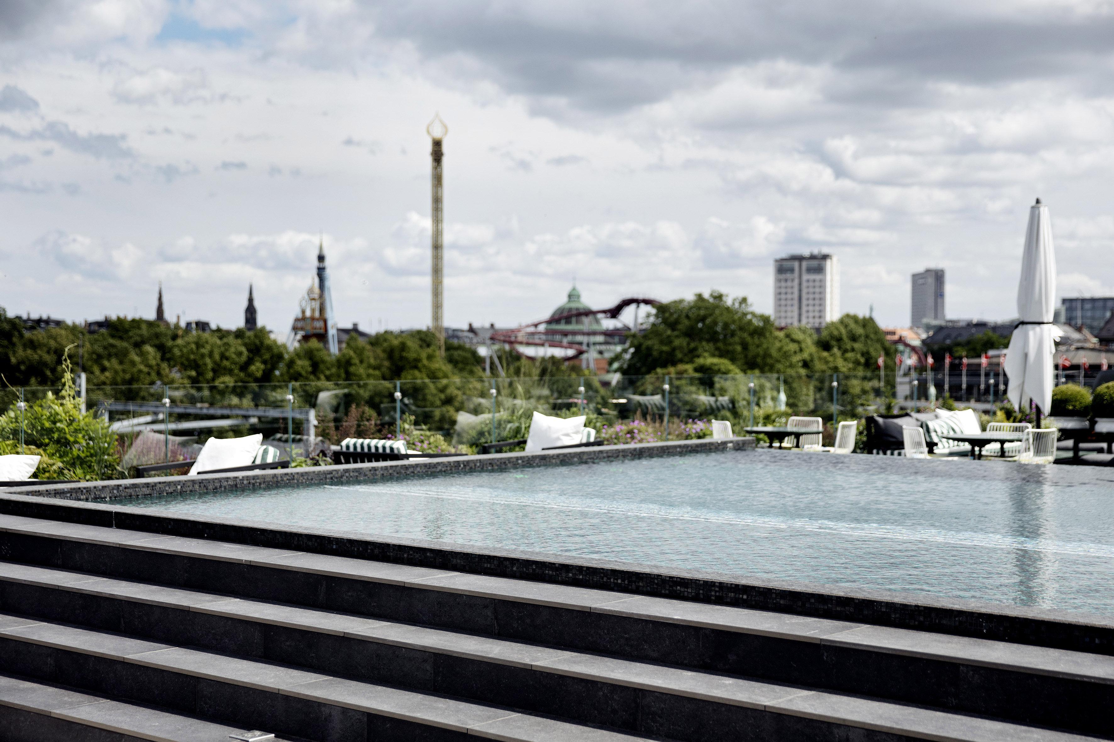 Et kig udover bassinet på nyåbnede Nimb Roof med Tivoli i baggrunden. Foto: Tivoli.