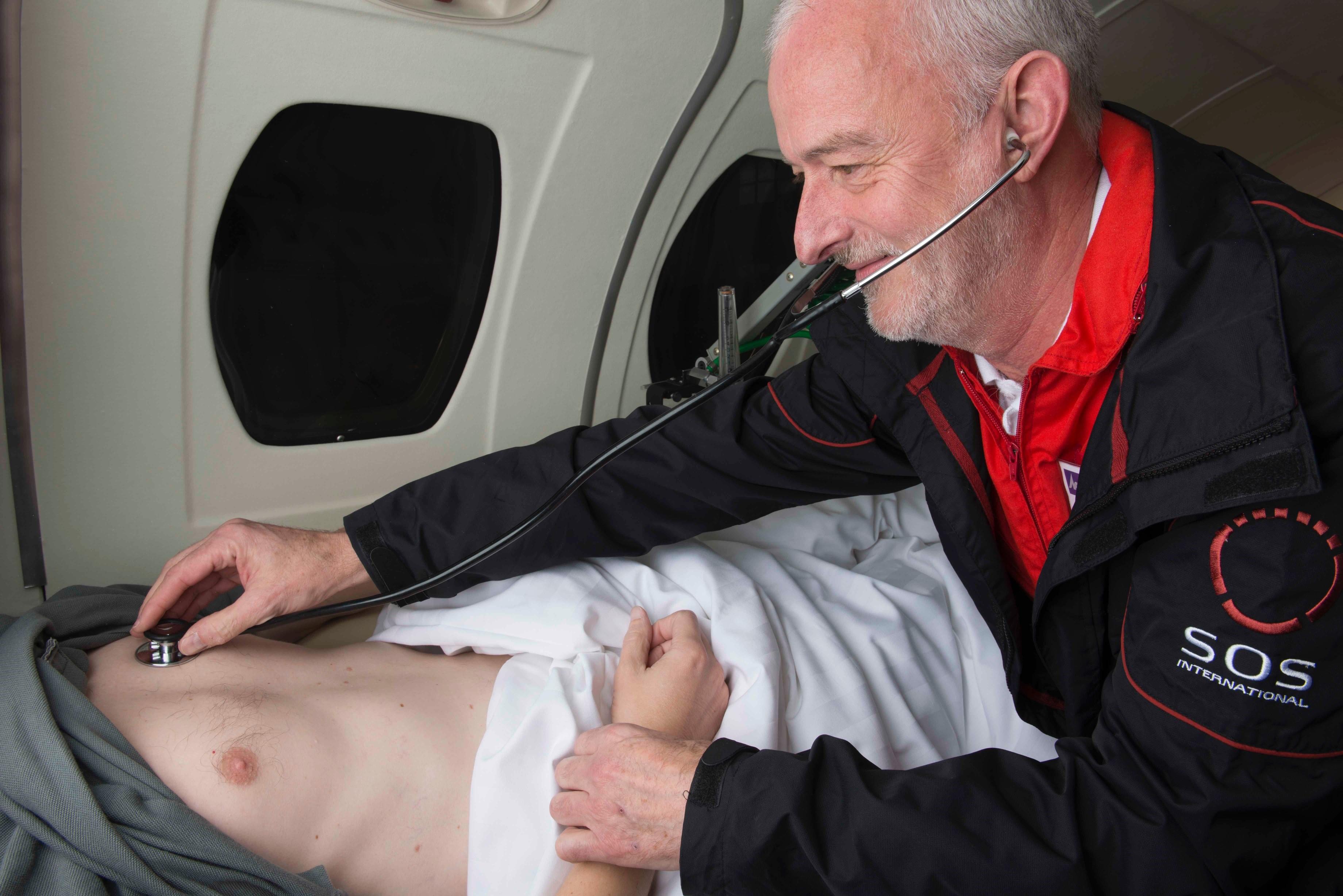 Langt de fleste henvendelser fra danske turister med rejseforsikring til SOS International kan klares uden indlæggelse. I de værste tilfælde flyves patienten hjem med ambulancefly. Arkivfoto: SOS International.