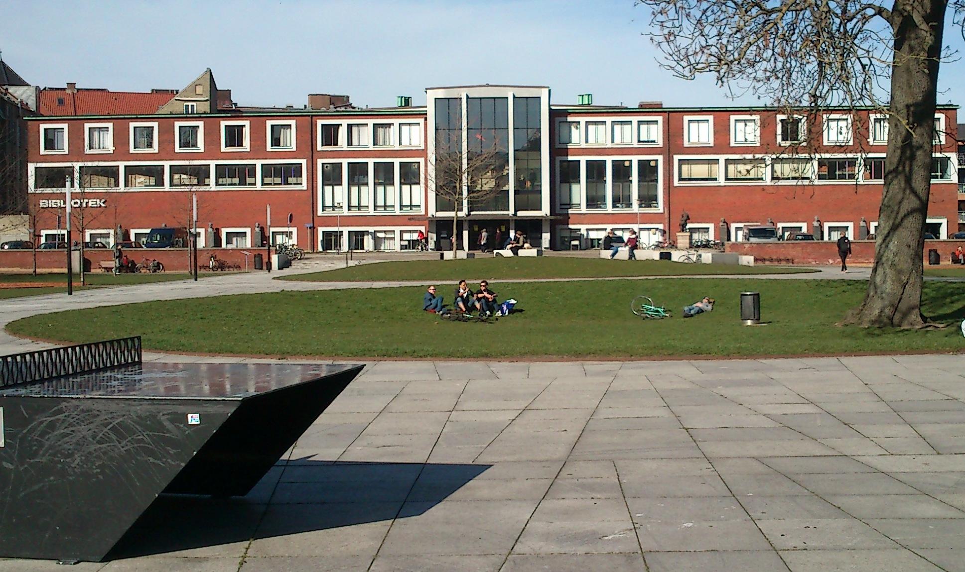 Bygningen i Mølleparken, der tidligere husede Aarhus Hovedbibliotek, bliver fra slutningen af næste år et boutique hostel med 520 senge på 120 værelser. Arkivfoto.