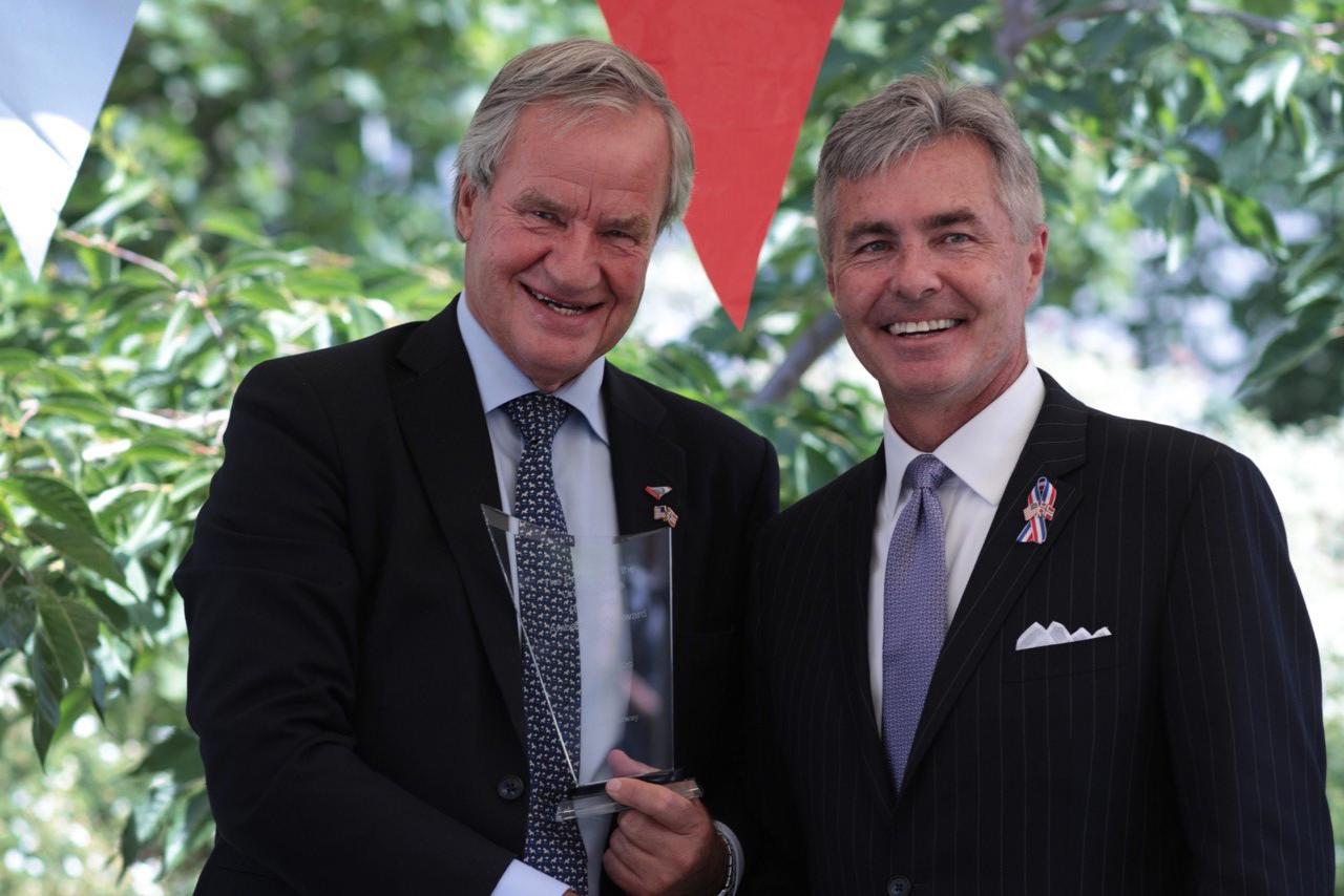 """Bjørn Kjos, til venstre, får overrakt årets """"Ambassador's Award"""" af USA's ambassadør i Norge, Kenneth J. Braithwaite. Foto: Norwegian."""