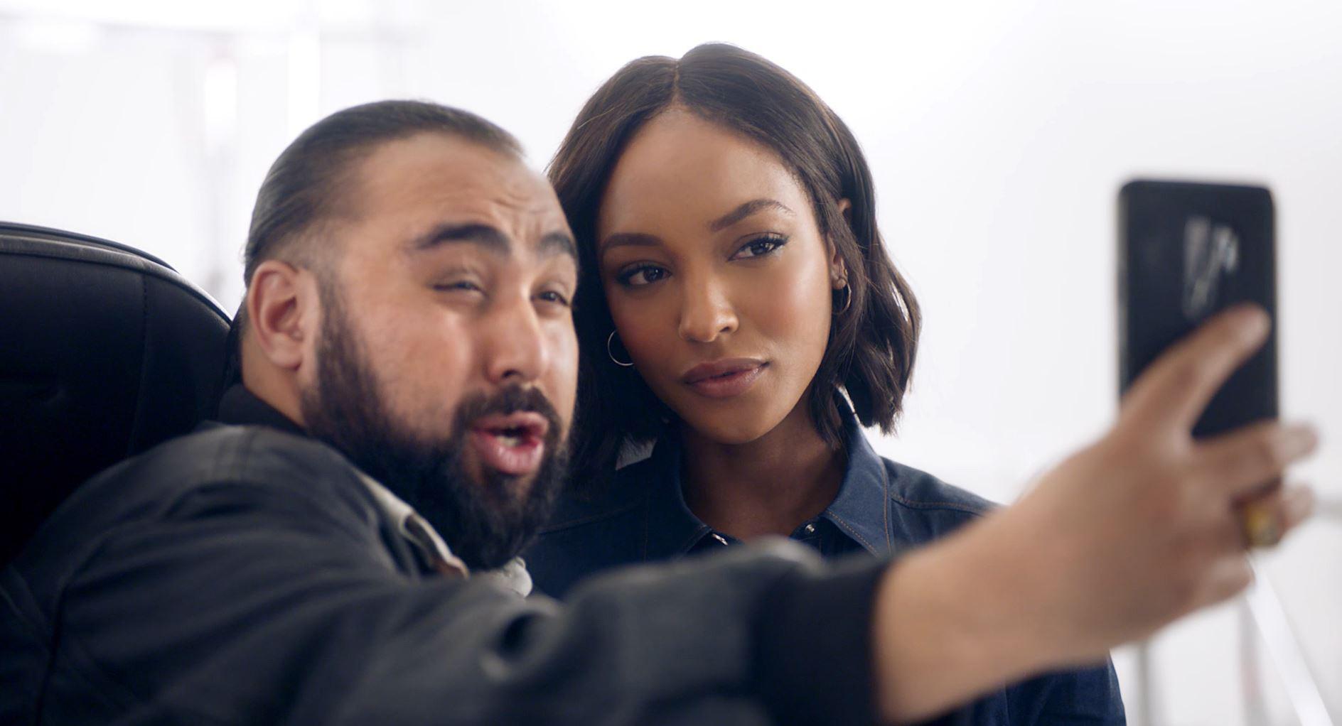 """Komikeren Chabuddy G (Asim Chaudhry) er """"instruktør"""" på den nye BA-sikkerhedsvideo – her med en anden af de medvirkende, modellen Jourdan Dunn. Foto: British Airways."""