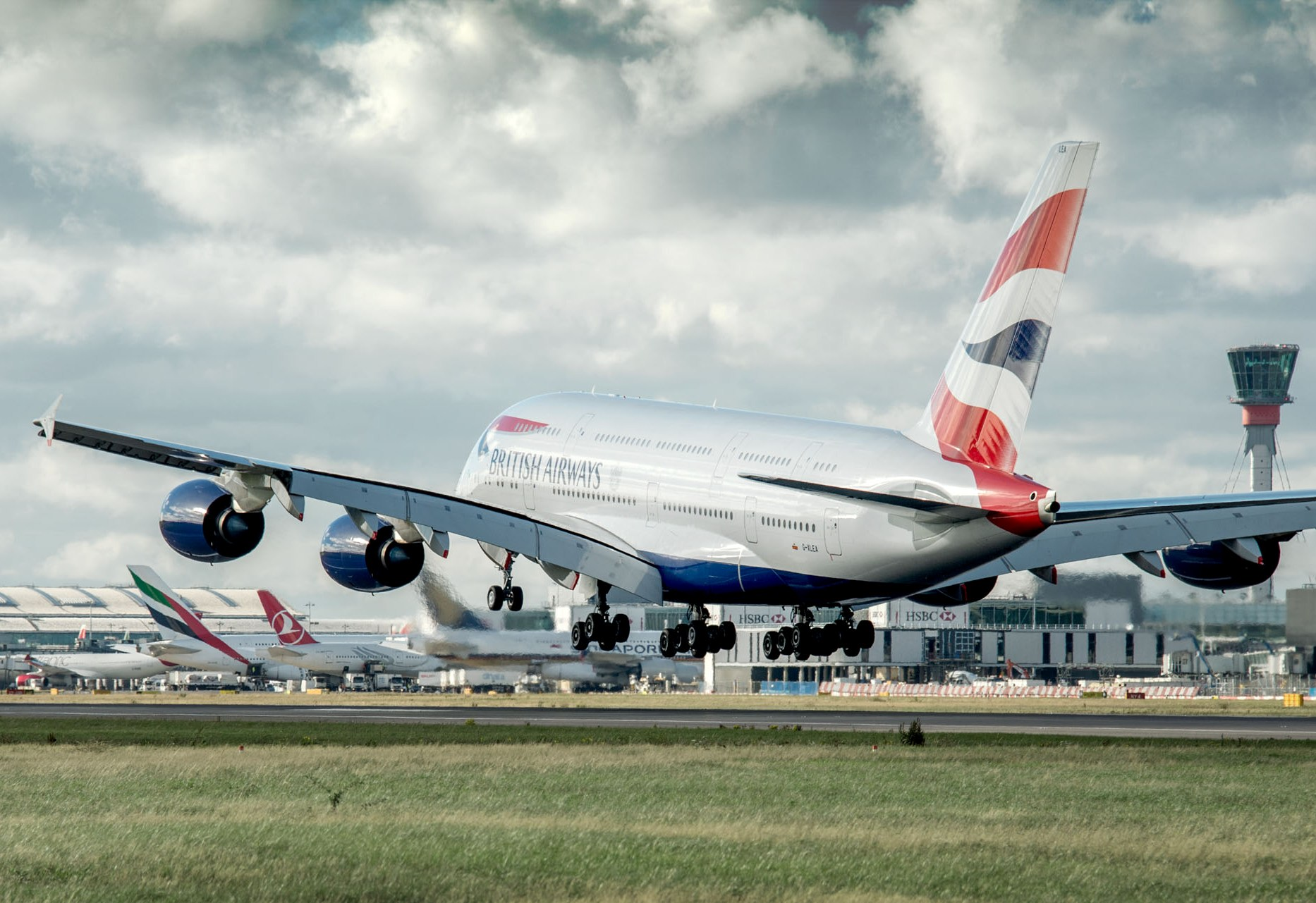 Flyselskaberne tjener rigtig mange penge på deres såkaldte guldruter, som de også trafikerer mange gange om dagen. Her lander British Airways i London Heathrow. Foto: London Heathrow.